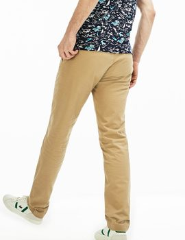 Chino Lacoste beige para hombre.